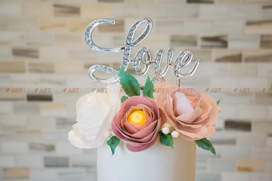 Gâteau mariage avec fleurs comestibles wafer