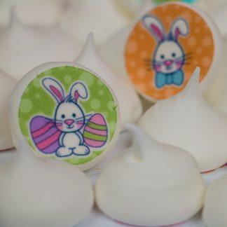 Meringues blanches avec des images mangeables de lapin pour Pâques