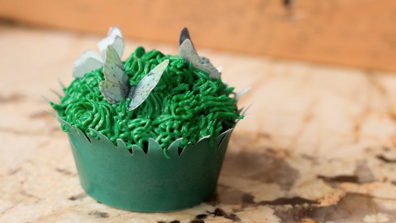 Cupcake printemps avec papillons en papier wafer