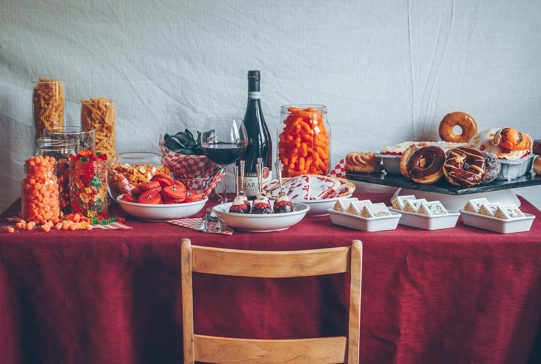 Table de desserts pour un anniversaire sous la thématique Garfield.