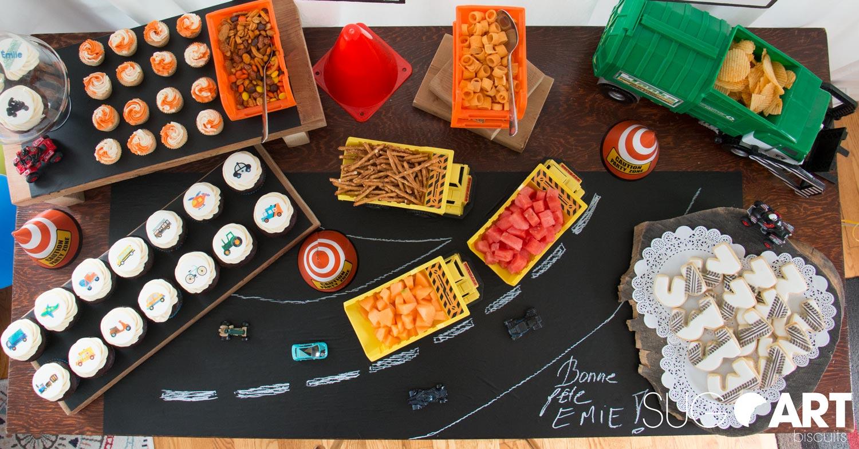Table de desserts pour un anniversaire transport avec cupcakes et biscuits