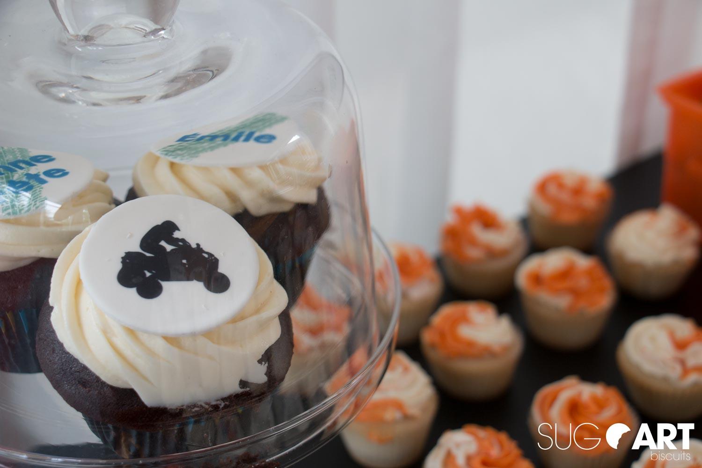 Cupcakes avec image comestible pour un anniversaire sur les transports