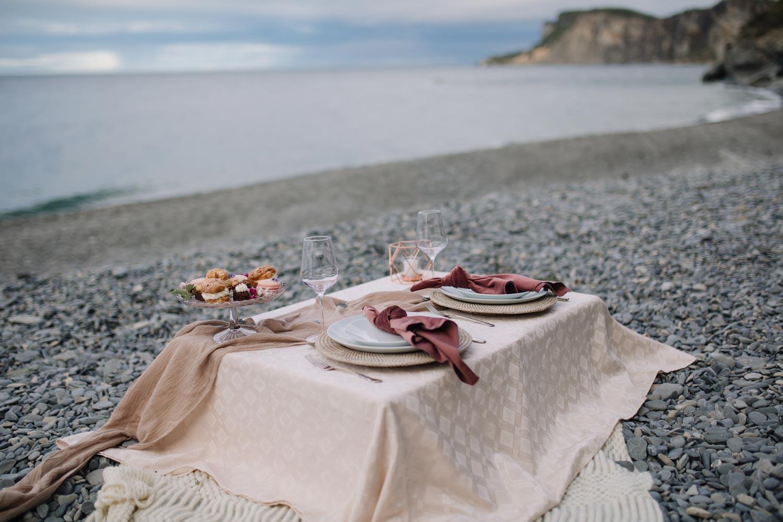 Mise en place d'un mariage sur une plage de Gaspésie.